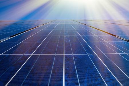 energia electrica: Los paneles solares, el sol y el cielo azul
