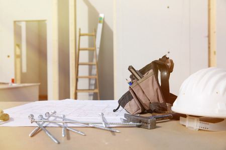 Mecanización de la construcción y el plan de construcción: casco, martillo, trabajador Foto de archivo - 38096480