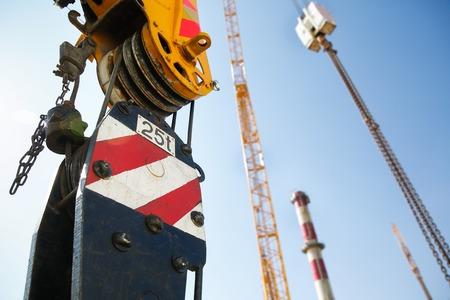 polea: Polea de una grúa móvil de elevación en un sitio de construcción, capaz de levantar 25 toneladas de carga. Maquinaria para trabajo pesado para la industria de la construcción pesada. Foto de archivo