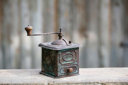 molinillo: Mano que funciona vieja cafetera de cobre o especias amoladora con cajón en el fondo de la vendimia. Nostalgia retro, decoración del hogar concepto.
