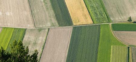 agricultura: Recientemente arado y sembrado tierras de cultivo desde arriba, cuidadosamente cultivada en zona agrícola no urbano, efecto de textura y el fondo. Industria de producción de alimentos, el concepto de la tierra cultivable. Foto de archivo