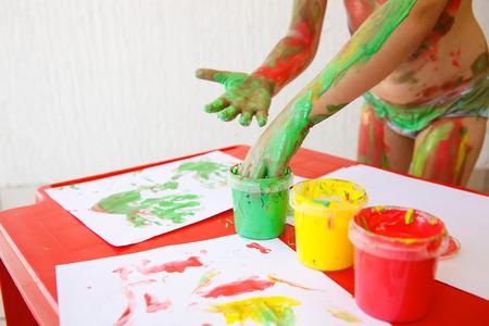 washable: Ni�o mojar los dedos en lavables, pinturas de dedos no t�xicos, pintando un dibujo. Juego sensorial, enfoque innovador para el aprendizaje, diversi�n concepto de infancia.