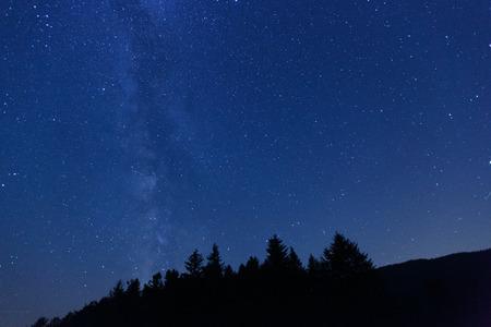 astronomie: Schöne, breiten blauen Nachthimmel mit Sternen und sichtbare Milchstraße, fotografiert auf einer Alm. Astronomie, romantisch, klaren Himmel Konzept und Hintergrund. Lizenzfreie Bilder