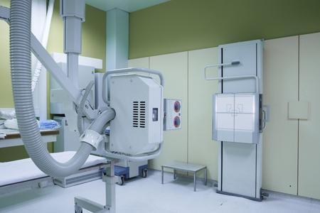 Sala de rayos X en el quirófano de urgencias del hospital con un sistema de rayos X montado en el techo clásico. Modernos equipos médicos, medicina intervencionista y el concepto de atención médica. Foto de archivo - 44673037
