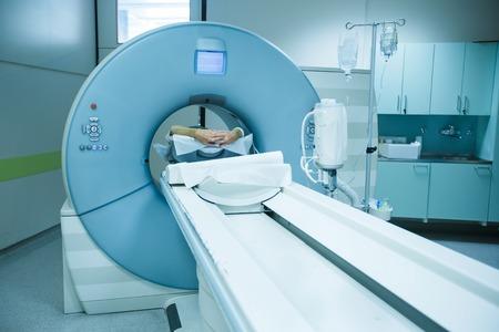 medicina: Paciente siendo escaneado y se diagnostica en un escáner de tomografía computarizada CT en un hospital. Equipo médico moderno, la medicina y la atención de la salud concepto. Foto de archivo
