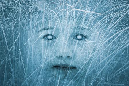 ojos azules: Cara zombie niño fantasmagórica. Halloween, horror, temas góticos. Exposición doble.