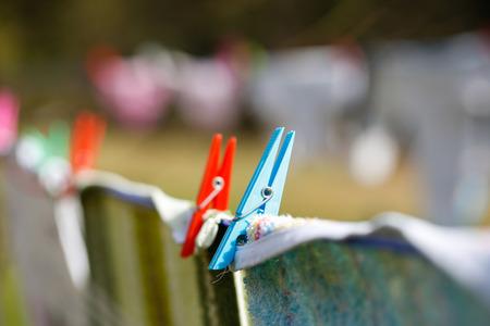 olfato: Pinzas de la ropa que llevan a cabo lavadero en la línea de secado, el secado de la ropa al aire libre en el aire fresco, el viento y el sol. Las tareas del hogar, la vida familiar, el hogar, la vida natural y el concepto de estilo de vida.