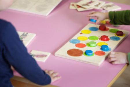 Kinderen spelen met zelfgemaakt, doe-het-zelf educatief speelgoed, het regelen en sorteren van kleuren en maten. Leren door ervaring concept, intelligentie ontwikkeling, educatieve benadering concept.