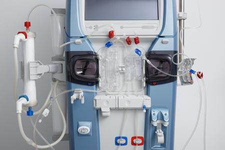 Primer de la máquina de hemodiálisis con tubos e instalaciones. cuidado de la salud, purificación de la sangre, insuficiencia renal, el trasplante, el concepto de equipo médico. Foto de archivo - 62101032