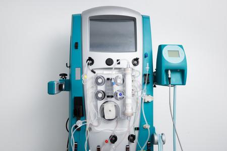 aparatos electricos: máquina de hemodiálisis con tubos e instalaciones. cuidado de la salud, purificación de la sangre, insuficiencia renal, el trasplante, el concepto de equipo médico, con copia espacio.