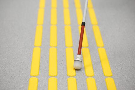 Cieco camminare pedonale e rilevazione marcature sul pavimentazione tattile con gli indicatori di superficie a terra con texture per non vedenti e ipovedenti. aiuto cecità, disturbi della vista, il concetto di vita indipendente.