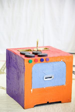 Do-it-yourself 부엌 스토브, 종이 상자 및 기타 쓰레기로 만든. 상상력이 풍부하고 창조적 인 놀이와 창조, 교육 접근 개념. 스톡 콘텐츠