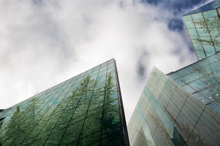 지속 가능한, 녹색 에너지 도시, 도시 생태 개념 및 현대 비즈니스 건물 표면 포리스트의 복사본 공간에서 다룹니다.