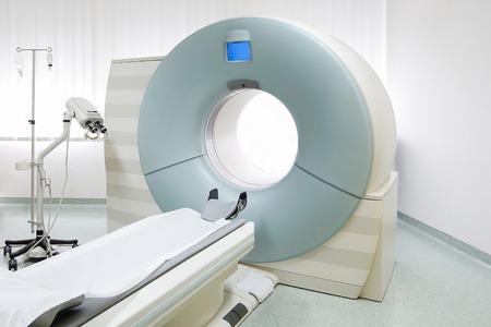 CT (Computed tomography) -scanner in ziekenhuislaboratorium. Gezondheidszorg, medische technologie, hi-tech apparatuur en diagnoseconcept met exemplaarruimte.