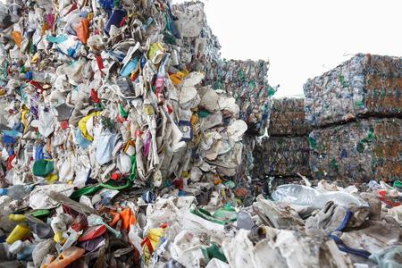 Pila de residuos de plástico ordenada, preparado para su reciclaje. eliminación de residuos, recolección, separación, manejo, tratamiento, reutilización, reciclaje y recuperación de concepto. Foto de archivo
