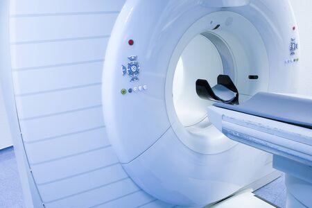 Skaner CT (tomografia komputerowa) w laboratorium szpitalnym. Opieka zdrowotna, technologia medyczna, sprzęt hi-tech i koncepcja diagnozy z miejscem na kopię.