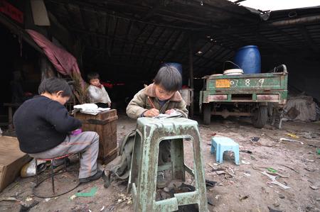 pobreza: Niños que hacen la preparación en el área de la pobreza
