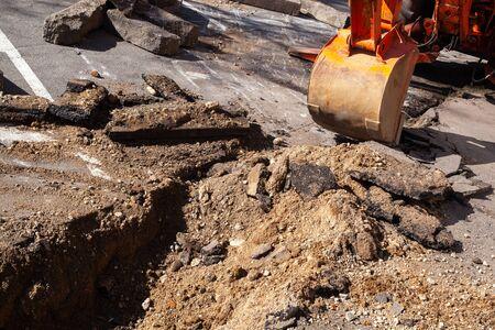 excavator bucket. bucket of an old excavator during road works 스톡 콘텐츠