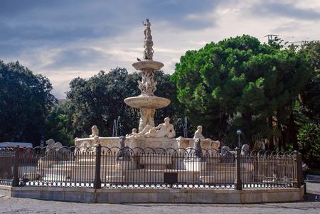 Fontána Orionu na náměstí Piazza di Duomo představující čtyři klasické řeky: Nil, Tiber, Ebro a Canaro, na náměstí Piazza di Duomo nebo v katedrále v Messině na Sicílii v Itálii. Kašnu vyrobil Giovanni Angelo Montorsoli, žák Mi Reklamní fotografie
