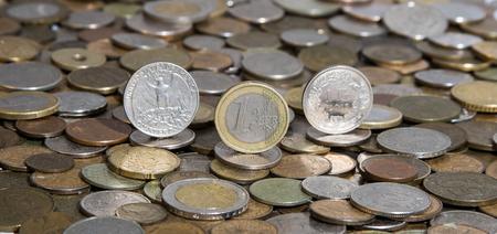 ganado: Dólar, euro y franco en el fondo de muchas monedas antiguas Foto de archivo