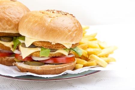 sandwich de pollo: Horizontal cerca de la parte delantera de deliciosa hamburguesa de pollo enorme concha de peregrino