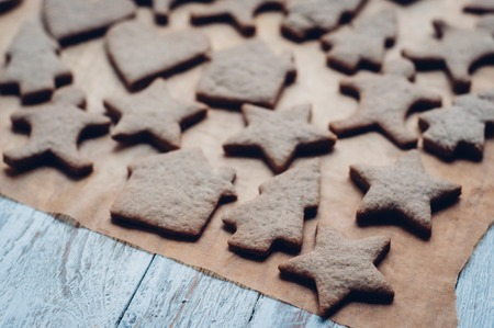 galletas de jengibre: Christmas ginger cookies on white background and baking paper