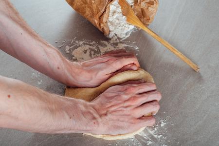 levadura: Las manos del hombre que hacen la pasta de levadura de reposter�a kringel estonio Foto de archivo