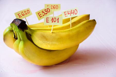 Fruta de plátano con aditivos E naturales. Concepto de comida sana
