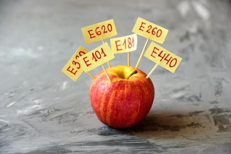 Fruta de manzana con aditivos E naturales. Concepto de comida sana