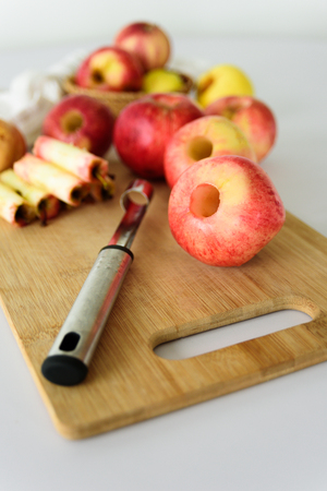 Fresh apples without core. Removed with corer tool. Ingredient for jam or pie. Harvest 版權商用圖片