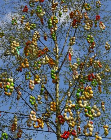 arbol de pascua: El árbol en el que colgó los huevos de Pascua
