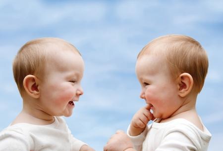 Dos niños pequeños en la entrevista Foto de archivo - 24865567