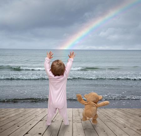 niños bailando: bebé y oso de peluche bailando en el muelle