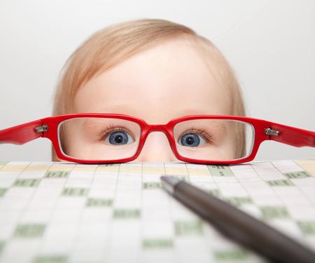 ojos hermosos: Niño pequeño que mira a través de gafas