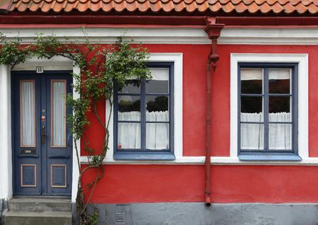 casa vecchia: dettaglio del vecchio colore casa
