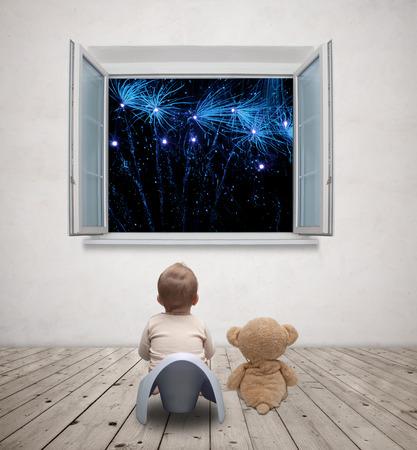 vasino: bambino sul vasino a guardare i fuochi d'artificio