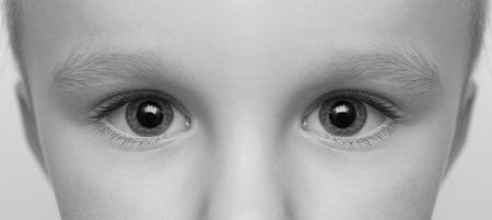 niños sonriendo: blanco y negro de primer plano de la cara del bebé con los ojos grandes