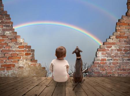 baby and dog watching rainbow 免版税图像