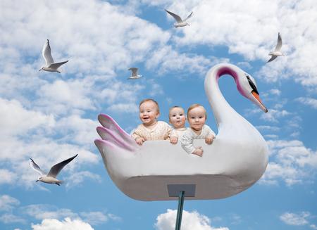Tres niños felices en un carrusel