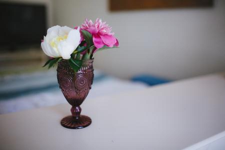 Flores de peonías en un jarrón en el interior