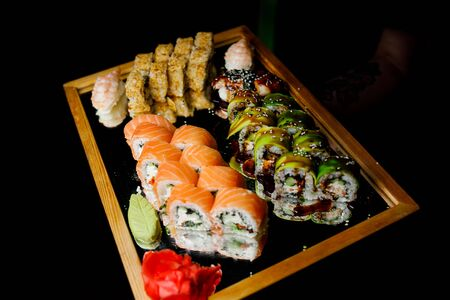 Different types of sushi on the tray. Banque d'images - 136900068