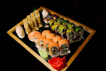 Different types of sushi on the tray. Banque d'images - 136900308