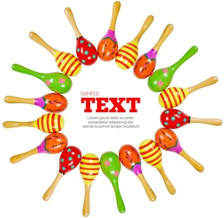 maracas de juguete de madera colorido marco instrumento de percusi�n de m�sica aislado sobre fondo blanco Foto de archivo - 8485004