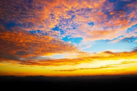 美しい夕暮れの日の出の空