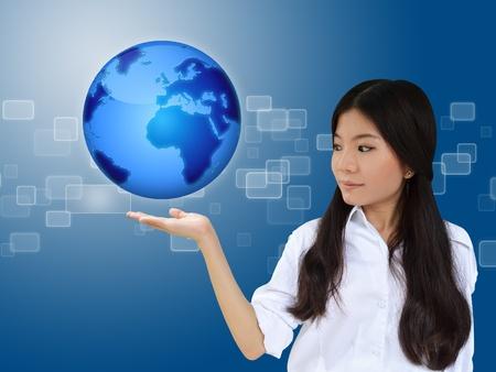 mapa china: Mujer de negocios que presenta el planeta tierra azul