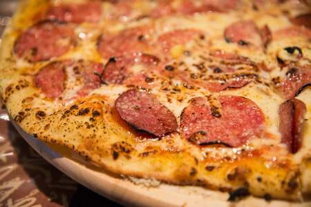peperoni: Thin peperoni pizza with melted cheese closeup