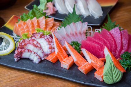 Conjunto del sushi japonés con variedad de pescado fresco