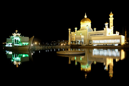 omar: Beautiful Night View of Sultan Omar Ali Saifudding Mosque, Bandar Seri Begawan, Brunei, Southeast Asia Stock Photo