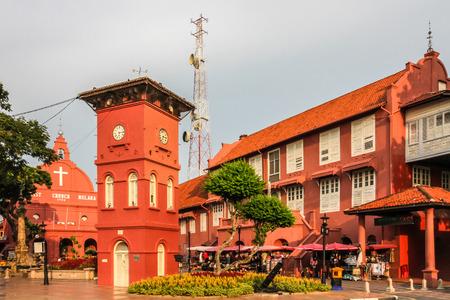 Centrum města Melaka s kostelem a věží při západu slunce - Melaka, Malajsie