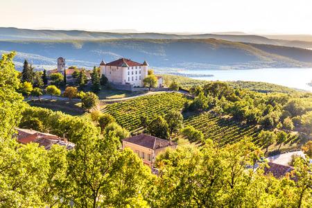 viñedo: Vista De Aiguines Aldea Y renacentista Chateau vistas al lago de Sainte Croix-Lago Alpes de Alta Provenza, Francia Foto de archivo